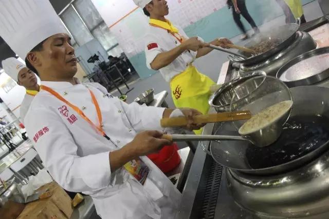 第二届中国烹饪铁人赛厨师炒菜